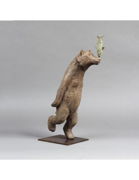 Sculpture de Sophie Verger La course au poisson en bronze de profil