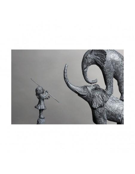 Sculpture de Sophie Verger Cinq éléphants et une fille en bonze, détail fille