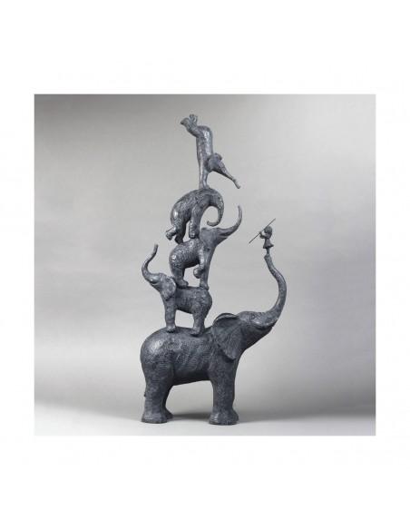 Sculpture de Sophie Verger Cinq éléphants et une fille en bonze, profil droit