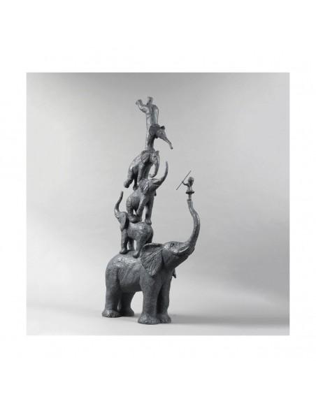 Sculpture de Sophie Verger Cinq éléphants et une fille en bonze, profil trois quarts
