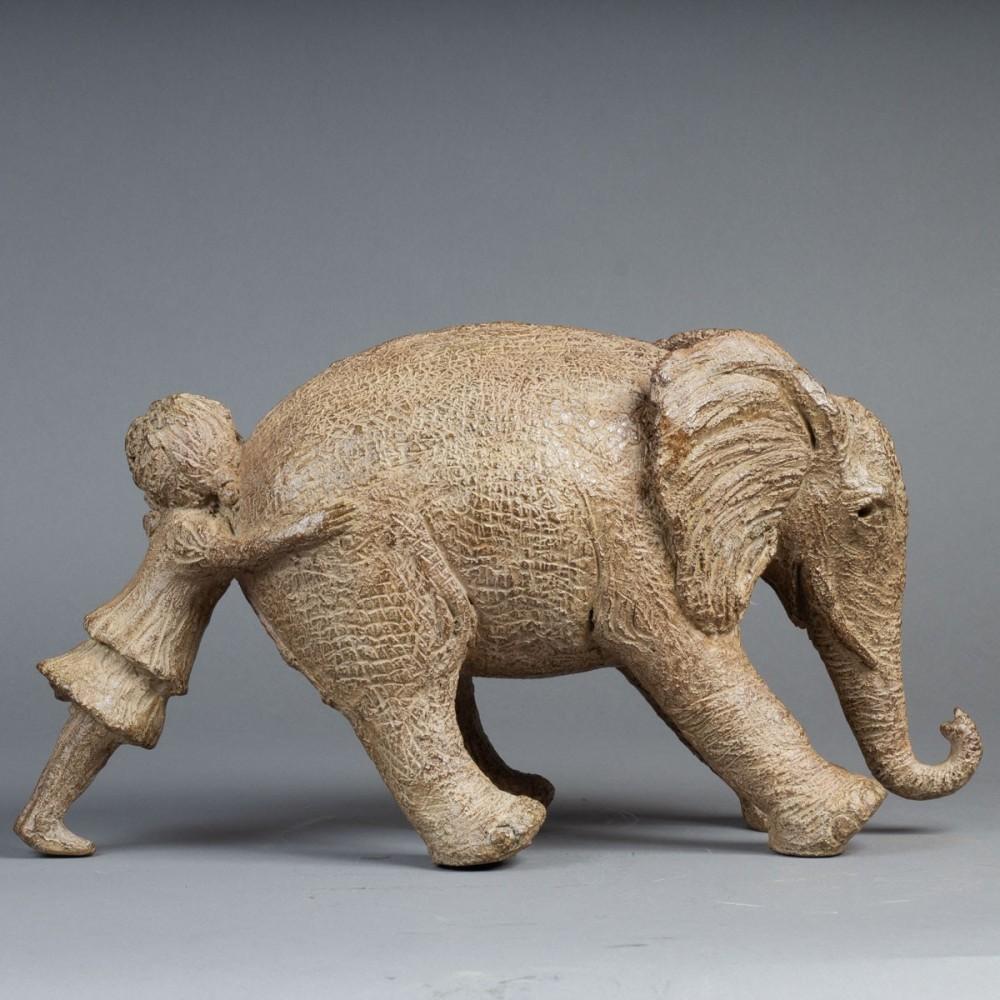 Sculpture de Sophie Verger Tiens bon! en bronze, profil droit