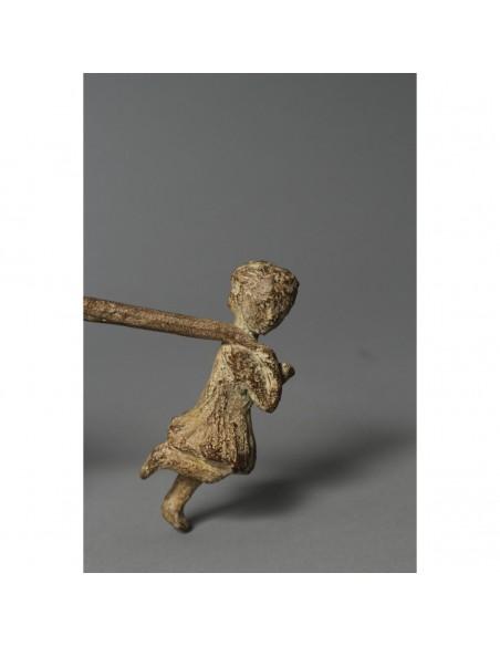 Sculpture de Sophie Verger Jeanne et le lion en bronze, détail fille