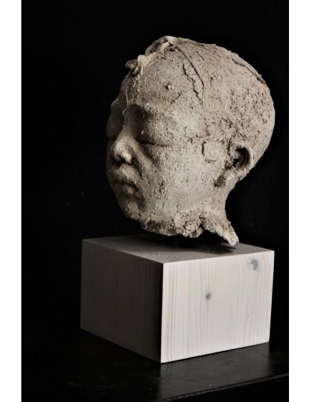 Sculpture de Evelyne Galinski Zan en terre de profil