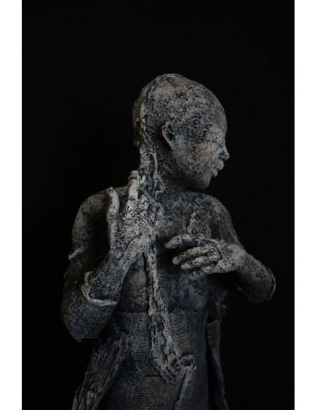 Sculpture de Evelyne Galinski Ora en bronze de profil, détail