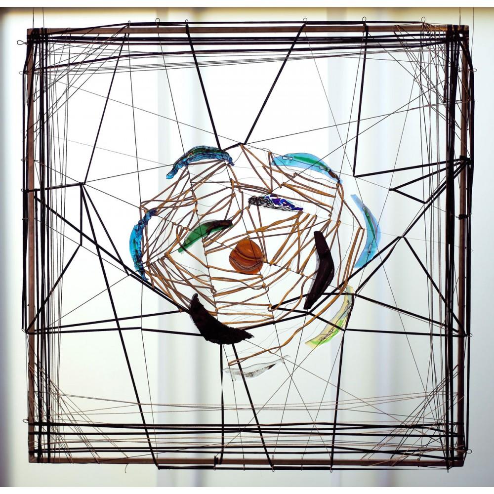 Œuvre de Fabienne Decornet Fleur de saison, suspension aérienne en verre, textile, papier et métal
